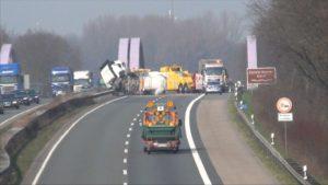 Autobahn A1 Verkehrsunfall mit zwei beteiligten Lkw