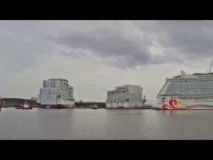 Schwimmteil vom Kreuzfahrtschiff World Dream in der Meyer Werft eingedockt