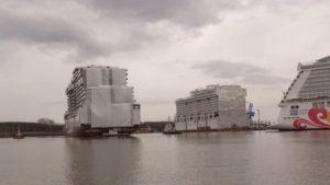 World Dream | Schwimmteil vom Kreuzfahrtschiff World Dream eingedockt