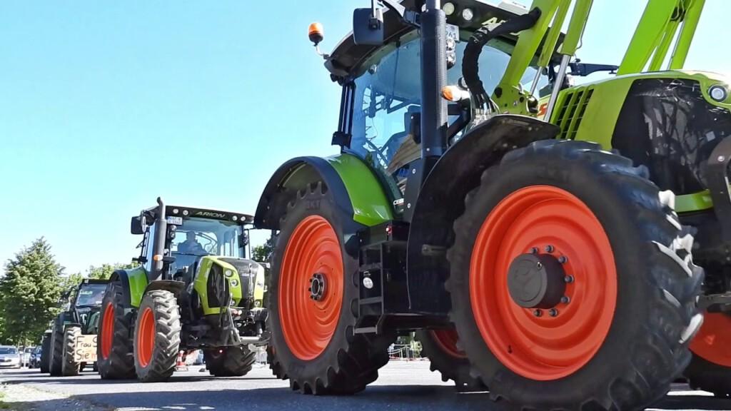 traktoren im einsatz zur bauernd